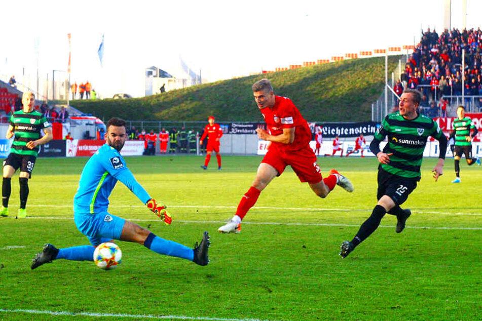 Neuzugang Elias Huth (M.), hier im Spiel gegen Preußen Münster erfolgreich, erwies sich als echter Glücksgriff.