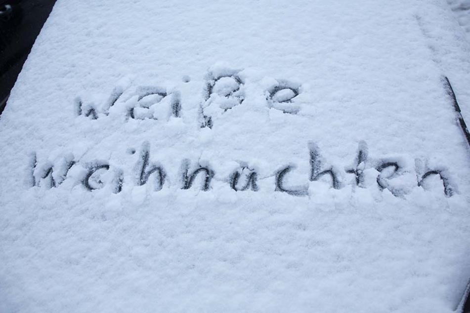 Schön! Eine zentimeterdicke Schneeschicht bedeckt die Autos auf dem Fichtelberg.