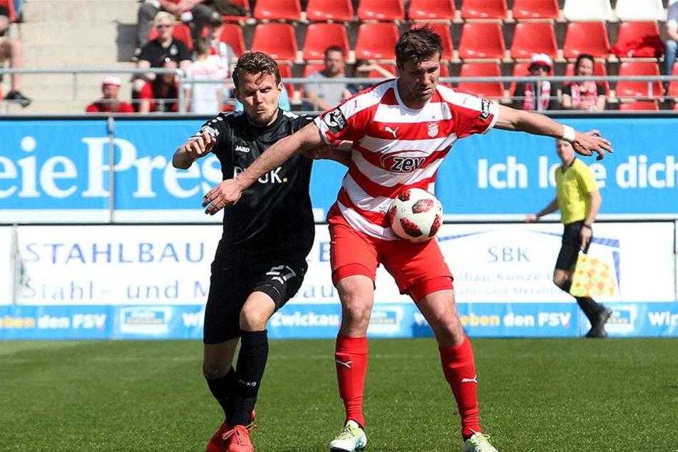 Ronny König (r., gegen Würzburgs Sebastian Schuppan) muss mit seinem FSV noch vier Spiele lang den Hinter rausstrecken und Gas geben.