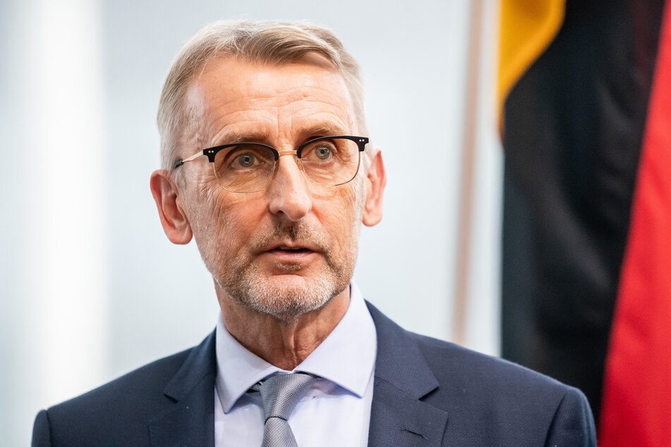 Armin Schuster (59, CDU), Präsident des Bundesamtes für Bevölkerungsschutz und Katastrophenhilfe (BBK), wartet auf den Beginn der öffentlichen Anhörung im Bundestag.