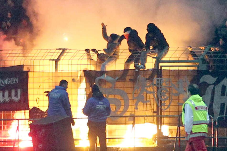 Kein seltenes Bild: Fußballfans schlagen mit Pyro-Aktionen über die Strenge.