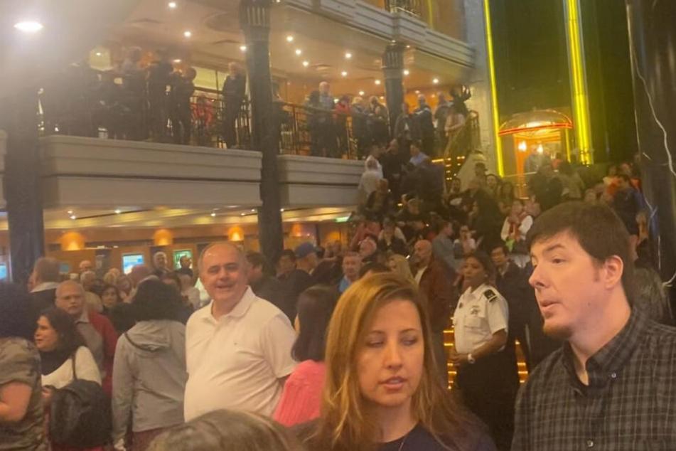 Eine große Menge an Menschen versammelte sich im Atrium des Schiffes.