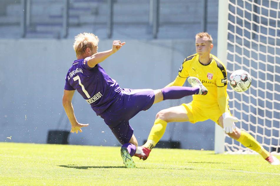So spektakulär erzielt Jan Hochscheidt das 1:0 gegen HFC-Keeper Tom Müller.
