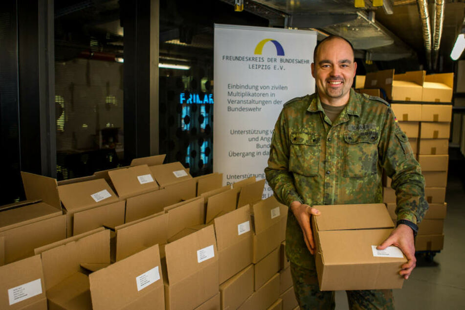 Der Leipziger Hauptmann Michael Schauer (43) koordiniert die Paket-Aktion für Sachsens Soldaten im Auslandseinsatz.