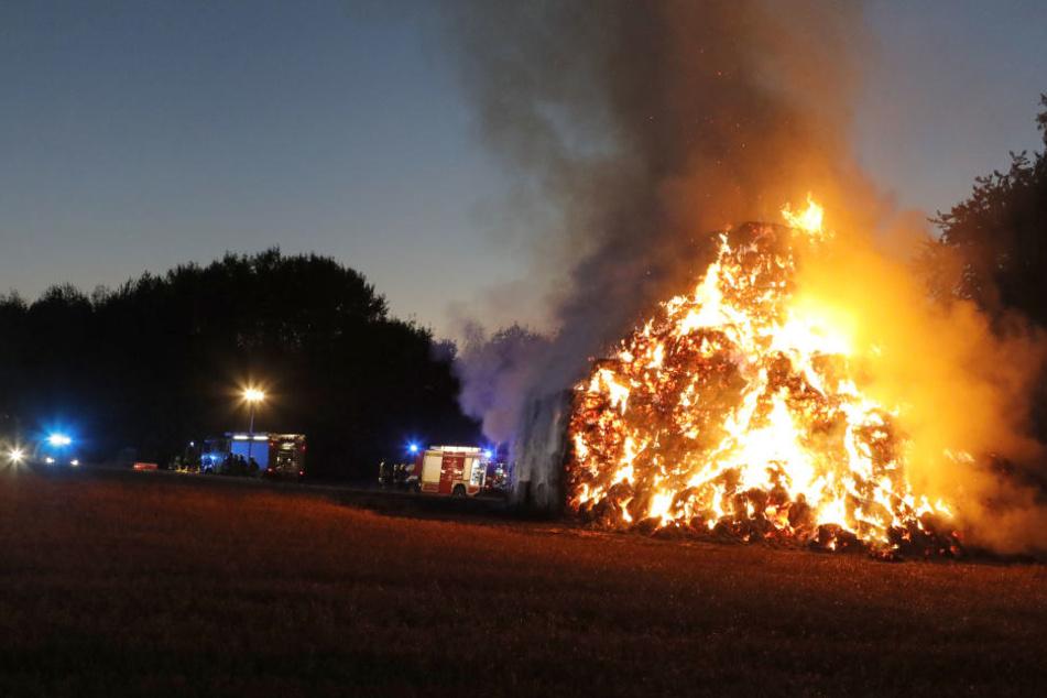 500 Strohballen stehen seit Sonntagabend in Flammen.
