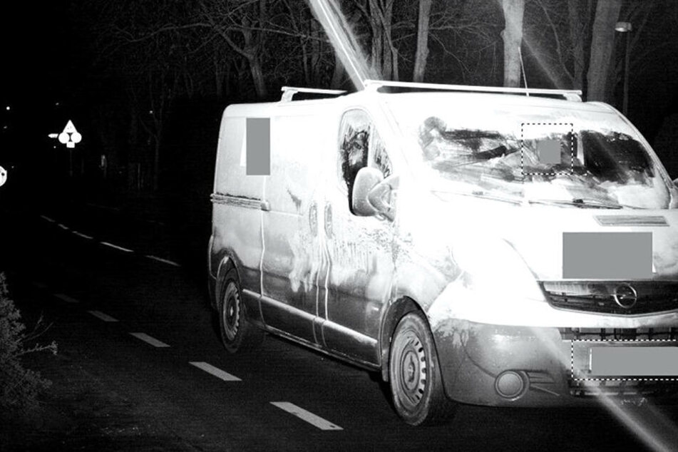 Der Transporter ist reichlich mit Schnee bedeckt und damit ganz und gar nicht verkehrssicher.