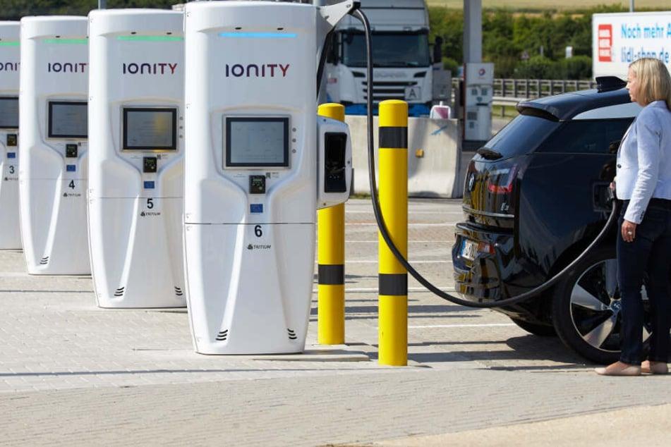 Eine Autofahrerin lädt ihrer Elektroauto an einer Ultraschnellladestation an der Raststätte Brohltal Ost.