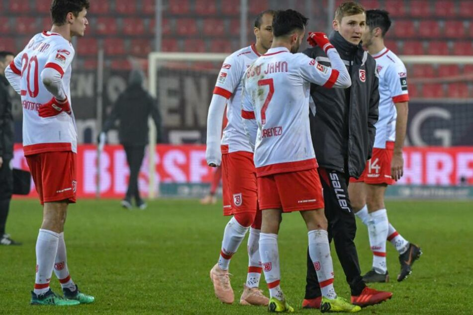Die Regensburger verließen nach der 0:3-Niederlage enttäuscht den Rasen.