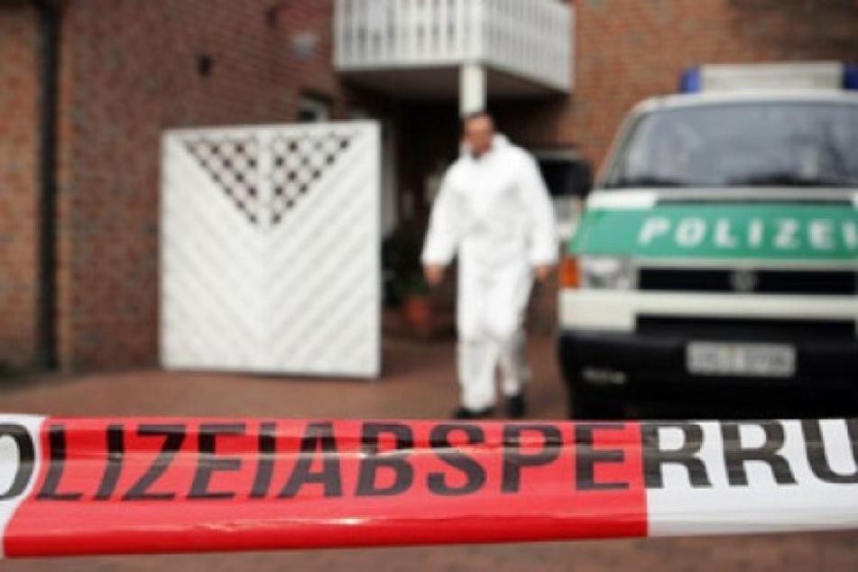 Die Einsatzkräfte fanden den 51-Jährigen leblos in seiner Wohnung. (Symbolbild)
