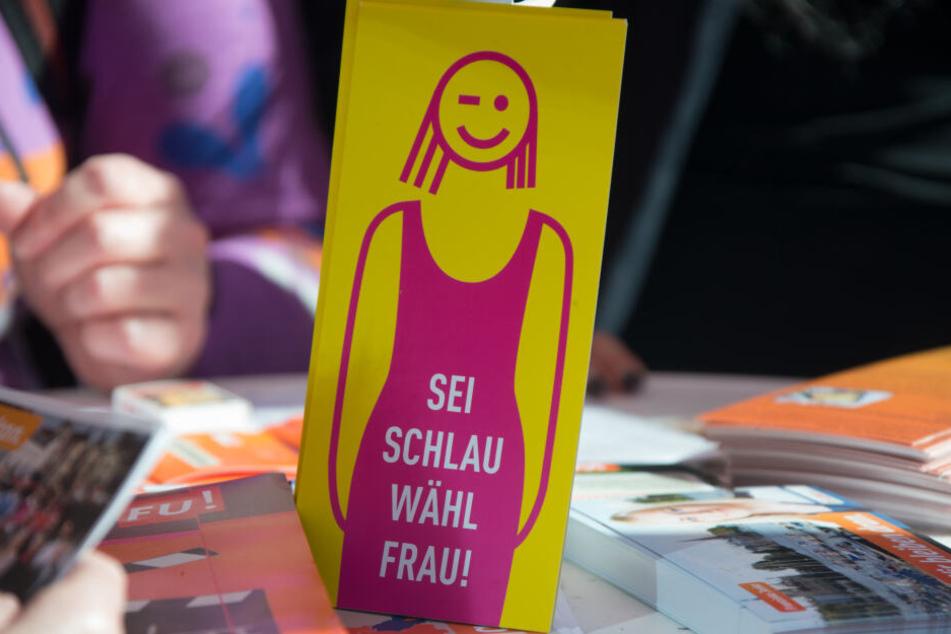 Mitglieder der Frauenunion der CDU verteilen zum Kommunalwahlkampf Informationsmaterial.