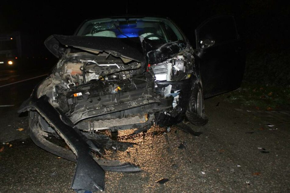 Der Unfallwagen und der Lkw wurden abgeschleppt.