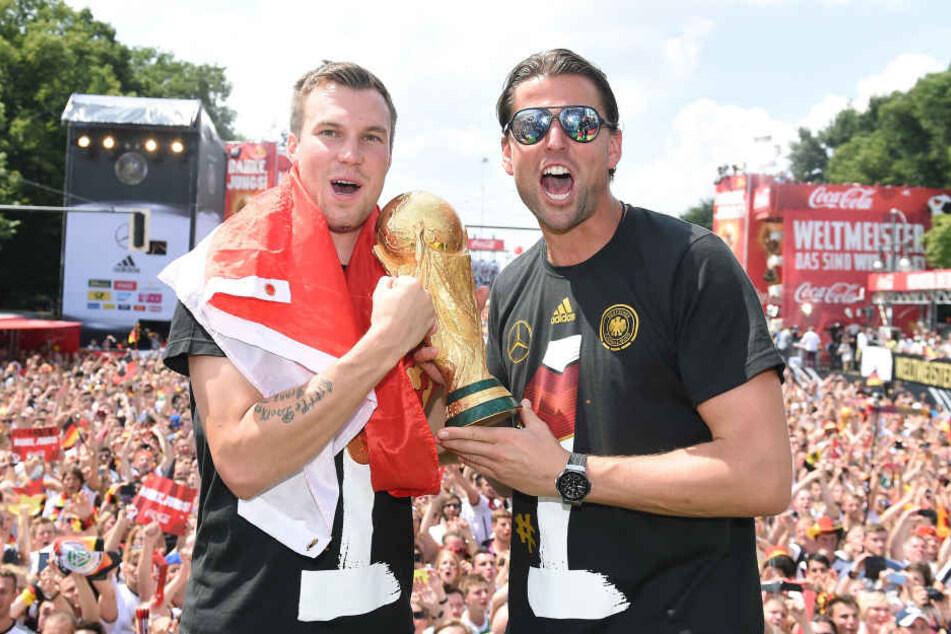 Kevin Großkreutz und Roman Weidenfeller feiern den WM-Titel 2014 auf der Berliner Fanmeile.