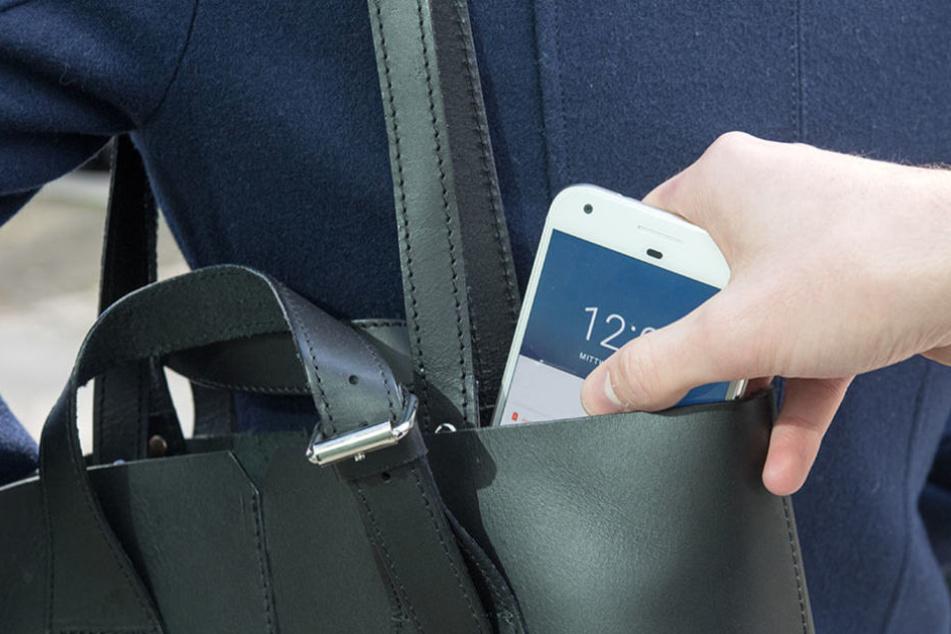 Die Polizeibeamten konnten das geklaute Handy orten und somit die mutmaßlichen Täter finden. (Symbolbild)