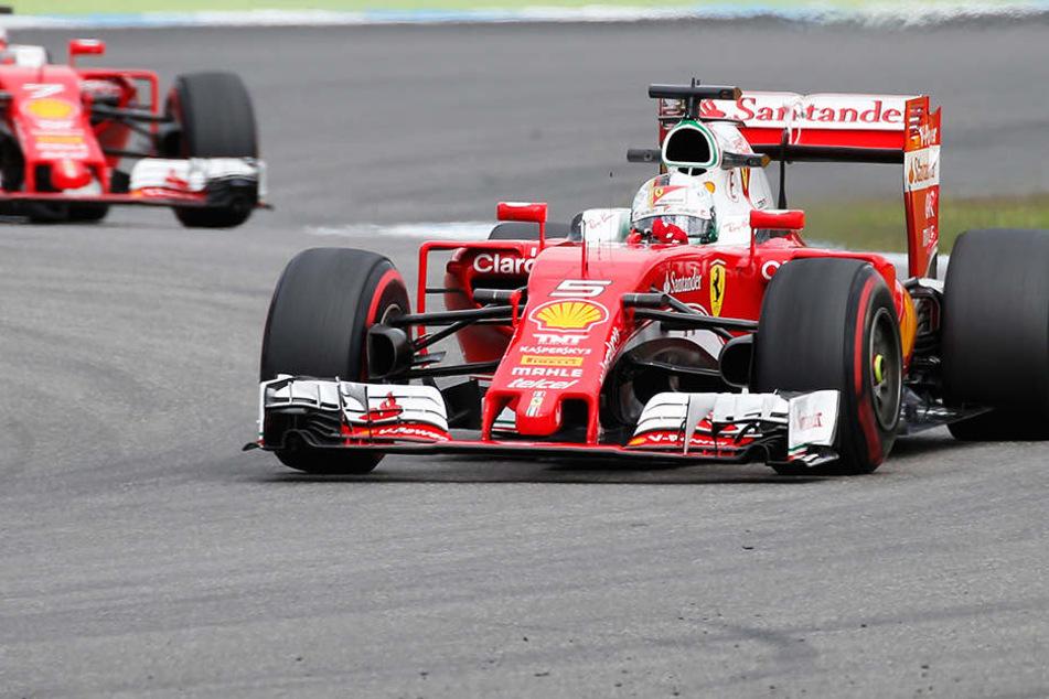 Bei Ferrari blieb Kimi Raikkönen (38, hinteres Auto) oft im Schatten von Sebastian Vettel. So auch hier bei einem freien Training,