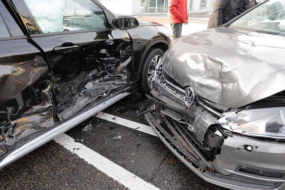 Beide Autos wurden bei dem Unfall heftig demoliert.