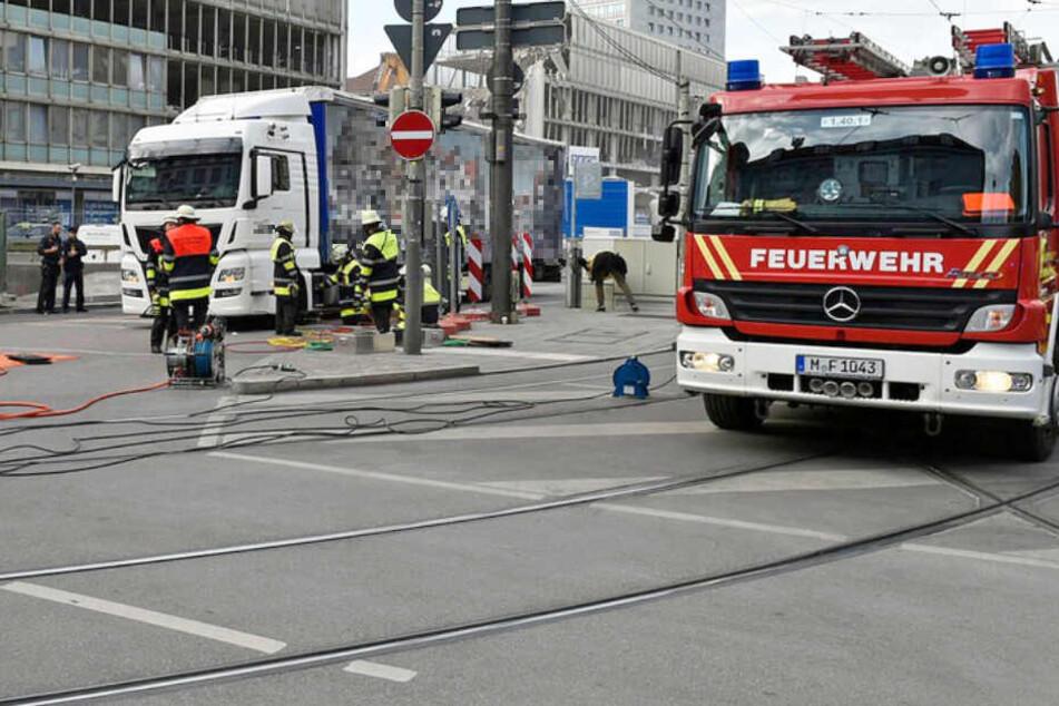 Die Feuerwehr eilte der eingeklemmten Radfahrerin zur Hilfe. Sie starb jedoch.