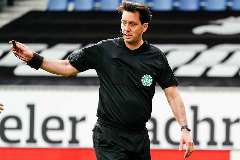 Schiedsrichter Manuel Gräfe (47) würde seine Karriere weiterhin gern fortsetzen.