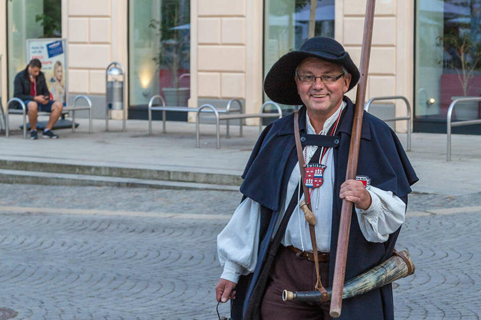 Der Zwickauer Nachtwächter und die anderen Stadtführer suchen Verstärkung.