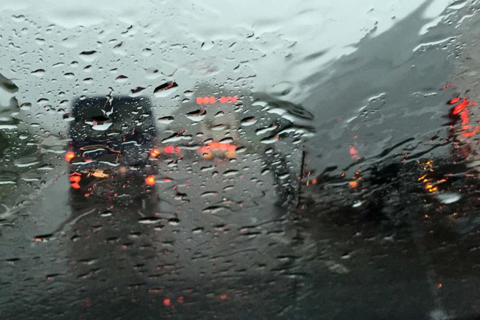 Für den strömenden Regen war die LKW-Fahrerin zu schnell unterwegs und geriet so in den Unfall. (Symbolbild)