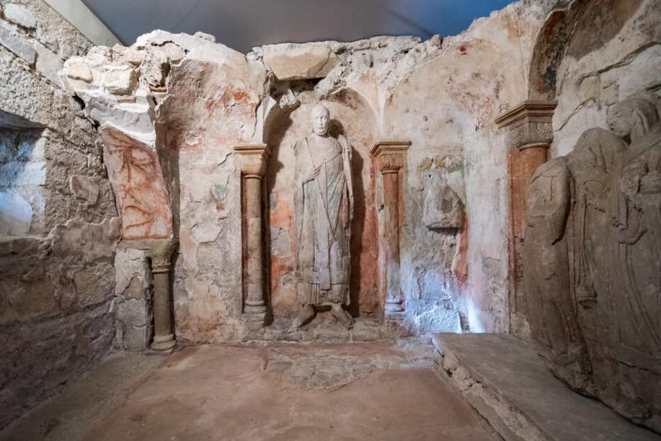 Die Plastik eines unbekannten Bischofs ist im Inneren des Heiligen Grabes in der Stiftskirche Gernrode zu sehen.