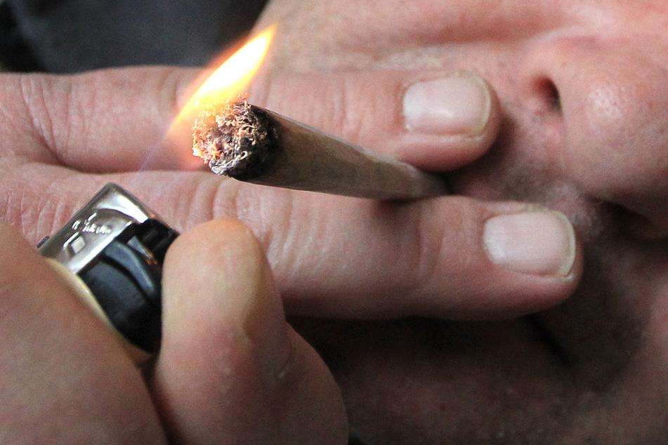 Ein Mann zieht an einem Joint. (Symbolbild)