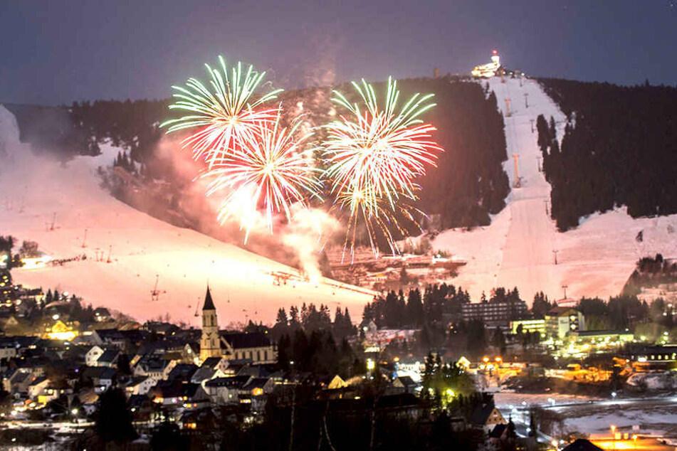 Zehn Minuten krachte und blitzte es am Sonnabend über Oberwiesenthal: Das  Feuerwerk der Winterparty war spektakulär.