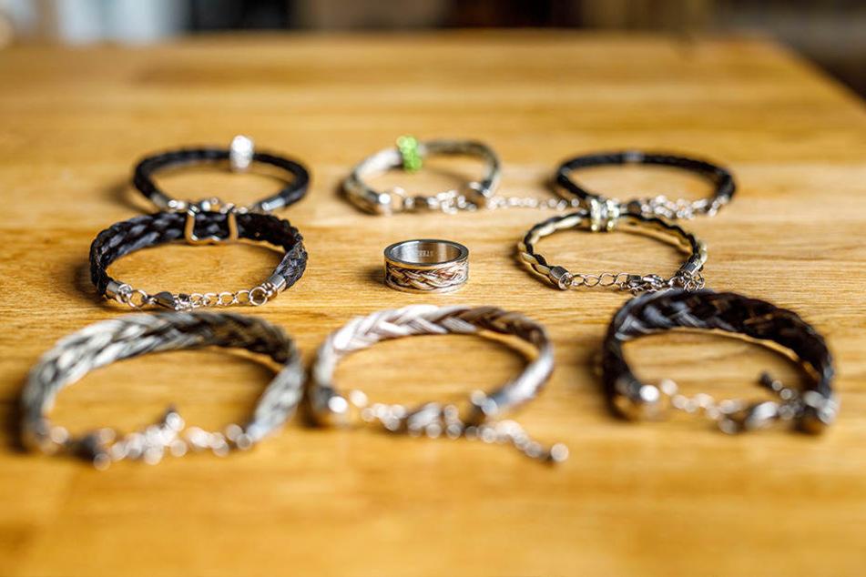 Ringe und Armbänder, aber auch Ketten oder Ohrringe stellt die Schmuckdesignerin aus Pferdehaaren her.