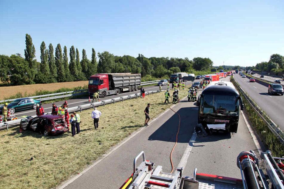 Crash auf Autobahn: Reisebus mit 46 Schülern verunglückt