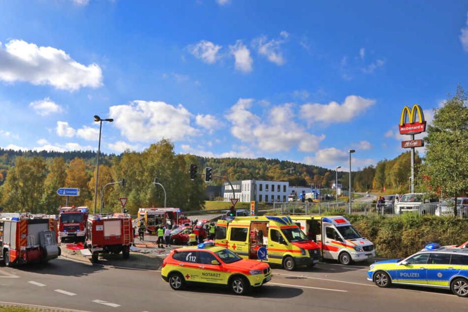 Die Rettungskräfte waren mit einem Großaufgebot an der Unfallstelle.