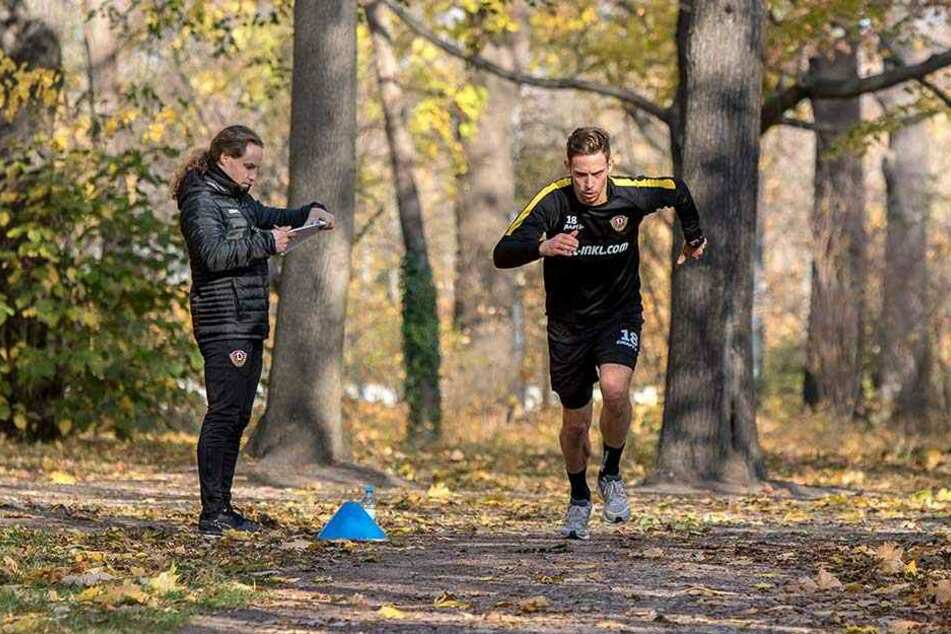 """""""I walk in the park ..."""", macht sich Jannik Müller (r.) mit Läufen durch den Großen Garten wieder fit. Physio Tobias Lange führt Protokoll, ihm entgeht nichts."""