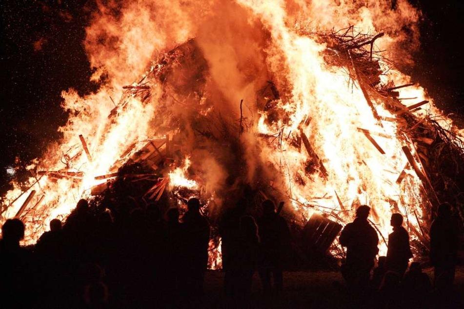 Besucher konnten die Frau schnell aus den Flammen ziehen. (Archivbild)
