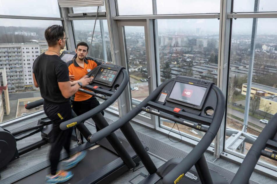 In der zwölften Etage des Glasanbaus befindet sich ein neues Therapiezentrum. Hier kann ab heute jeder trainieren.