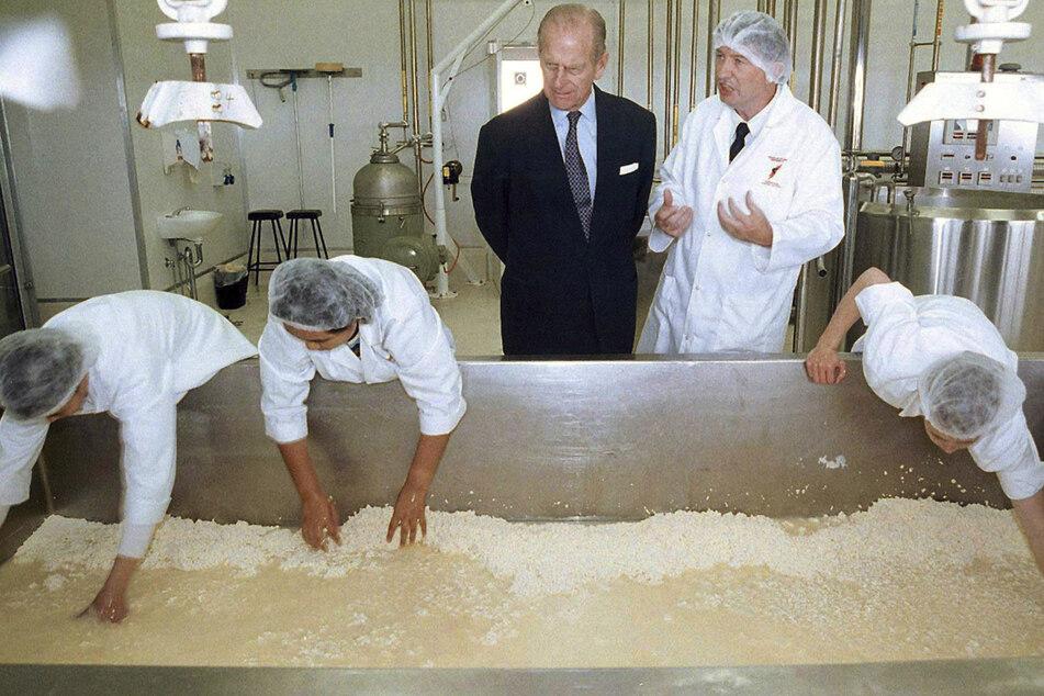 Schon immer am Essen interessiert: Im Jahr 2000 sah sich Prinz Philip eine Käsefabrik in Australien an. (Archivbild)