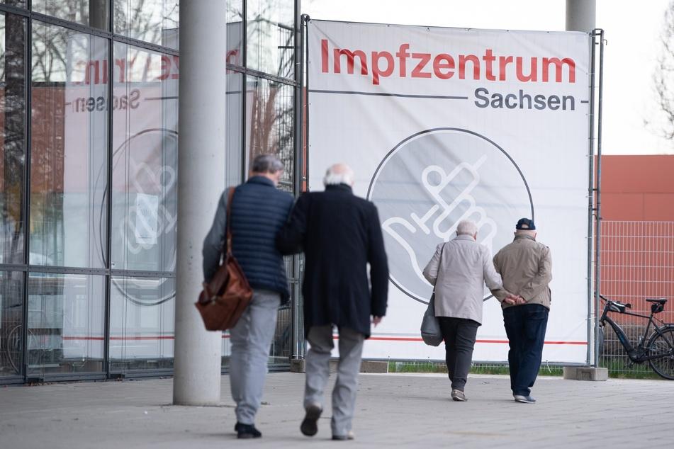 """Ein Banner mit der Aufschrift """"Impfzentrum Sachsen"""" steht vor der Messe Dresden. Wegen der hohen Zahl der Corona-Infektionen wurden in Dresden am 1. April Lockerungen wieder rückgängig gemacht."""