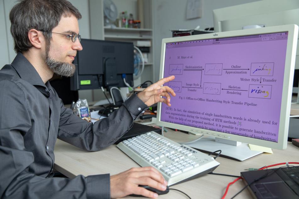 Vincent Christlein, wissenschaftlicher Mitarbeiter vom Lehrstuhl für Mustererkennung erklärt die Software.