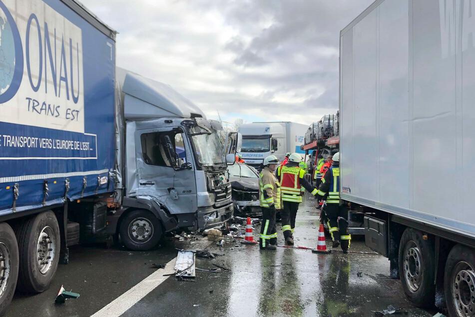 Massenkarambolage: Unfall A6 aufgrund winterlichen Schneetreibens (Foto: Bauernfeind/News5/dpa).