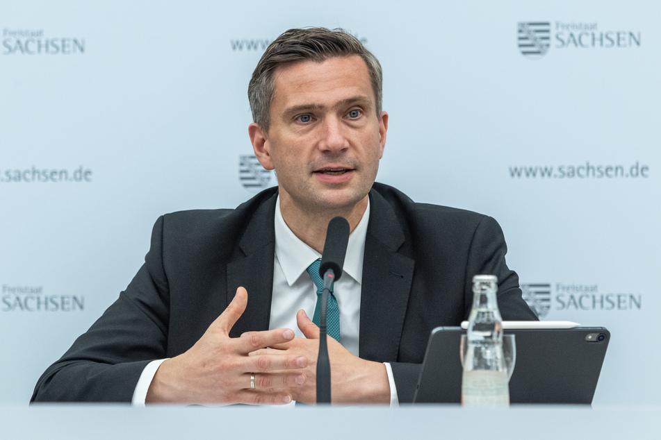 Martin Dulig (SPD), Wirtschaftsminister von Sachsen, spricht während dem Corona-Pressebriefing zu den Entwicklungen in der Corona-Krise.