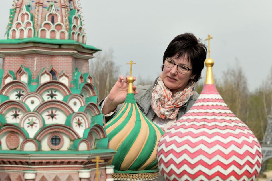 Miniwelt-Sprecherin Claudia Schmidt (55) an der wieder hergerichteten Basilius-Kathedrale. Der Winter setzte den Miniaturgebäuden zum Teil arg zu.