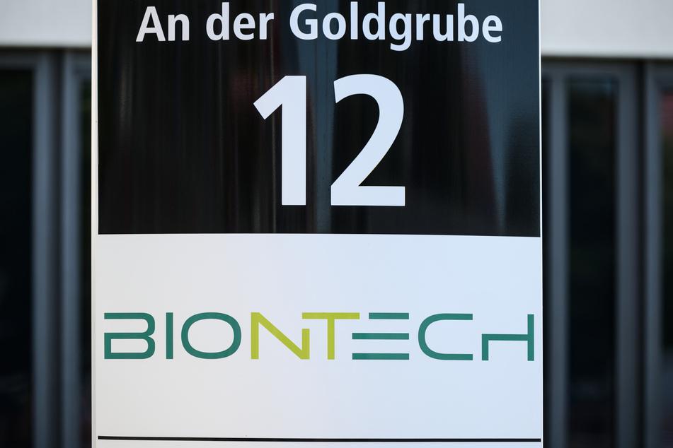 """Das Logo des Biotechnologie-Unternehmens """"BioNTech"""", aufgenommen vor der Unternehmenszentrale."""
