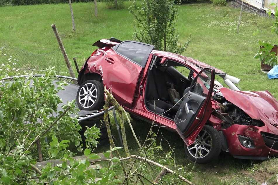 Das Unfallauto landete auf einem Trampolin.