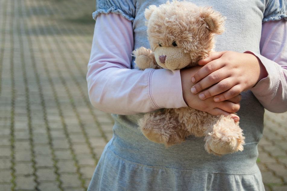 Das junge Mädchen (6) hielt ihren Teddybären die gesamte Zeit über fest umschlossen. (Symbolbild)