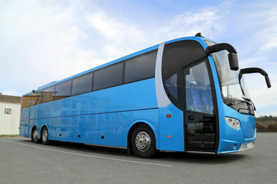 Der überhitzte Reisebus hielt an einem A9-Rastplatz an. Mehrere Schulkinder mussten anschließend in Krankenhäuser gebracht werden. (Symbolbild)