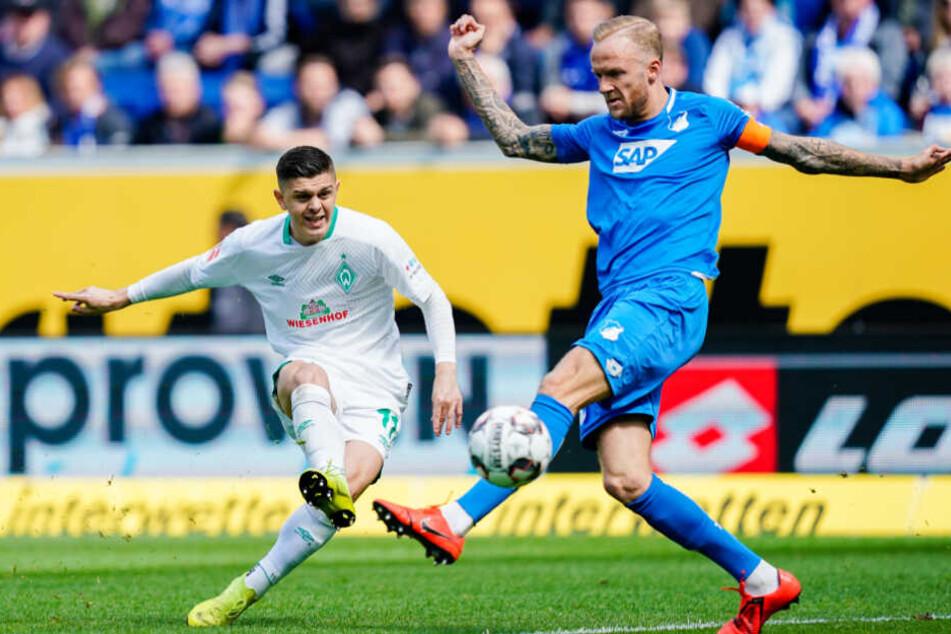 Bremens Milot Rashica (l.) und TSG-Kicker Kevin Vogt (r.) im Kampf um den Ball.