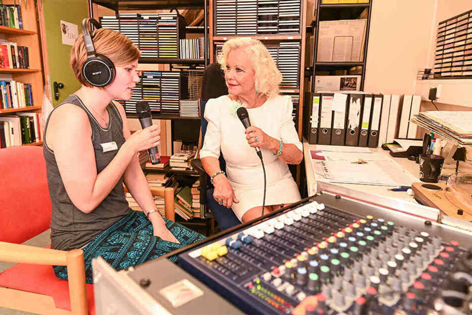 """Ergotherapeutin und Teilzeit-Moderatorin Vanessa Schubert (24) hat sich Chansonette Dorit Gäbler (76, r.) in den Radiosender des ASB Seniorenheimes """"Am Gorbitzer Hang"""" eingeladen."""