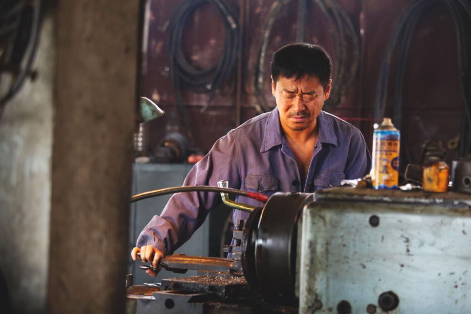 Liu Yaojun (Wang Jingchun) eröffnet in Fujian eine kleine Metallwerkstatt, mit der er sich und seine Familie über Wasser hält.