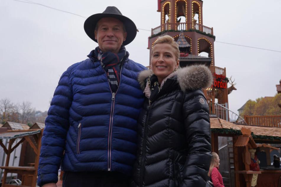 Das Ehepaar Claudia und Andreas Zinnecker stehen auf dem Stuttgarter Weihnachtsmarkt vor ihrer Krippenpyramide.