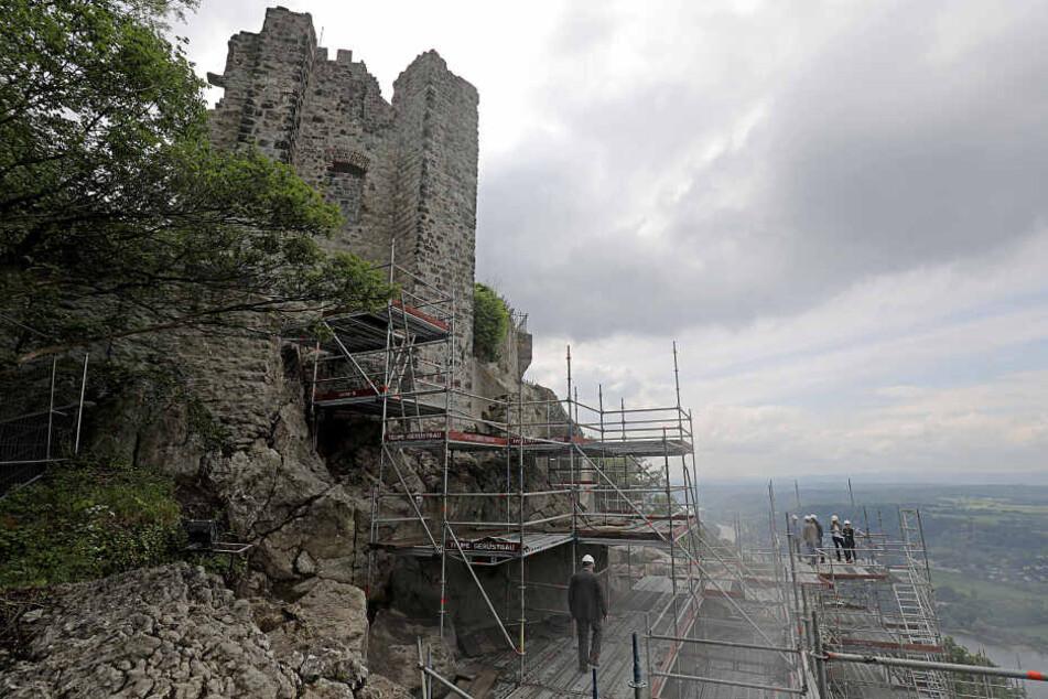 Am Drachenfels musste aufgrund der Steinschläge für die Sanierung ein Gerüst aufgebaut werden (Archivbild).