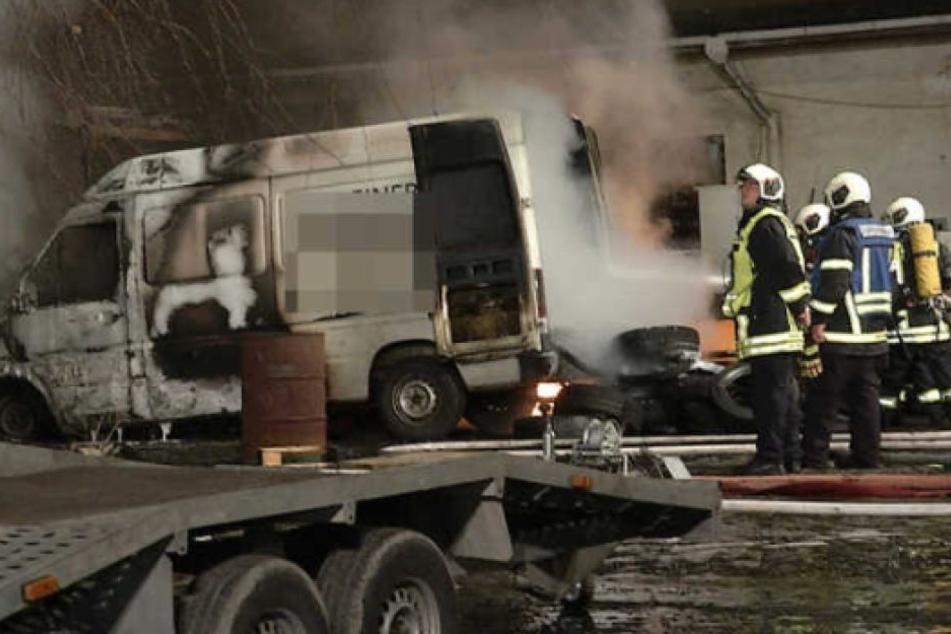 Das Feuer griff von den Metalltonnen auf einen Transporter über.