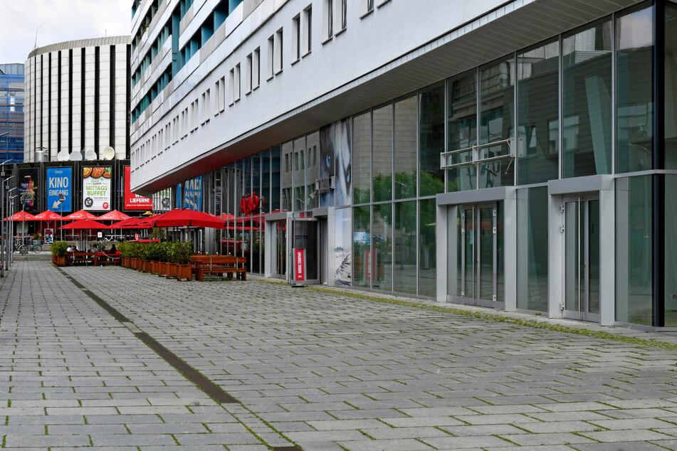Auf der Prager Straße warten vor allem an der Ostseite einige Ladengeschäfte auf neue Nutzer.