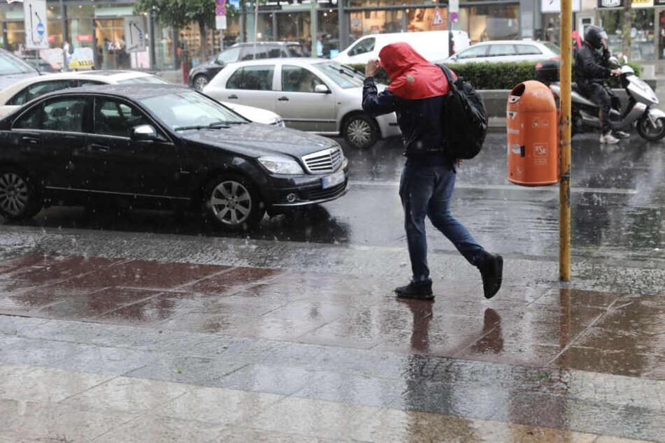 Nach einem regnerischen Wochenanfang soll ab Mittwoch hin zum Wochenende wieder Besserung eintreten. (Symbolbild)